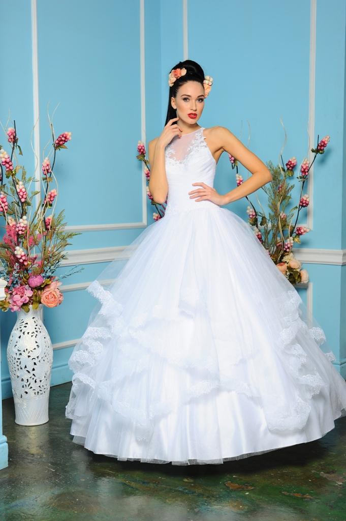 Особое внимание стоит в таких случаях обратить на пышные свадебные платья со шлейфом. Таких моделей в свадебных коллекциях 2015 года довольно много
