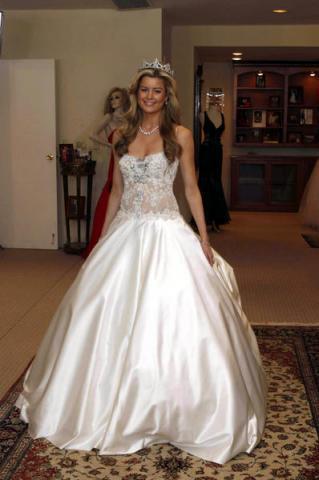 Усыпать брильянтами лучшее свадебное платье, могут себе позволить себе разве что только «сильные» мира сего. Это самое дорогое свадебное платье